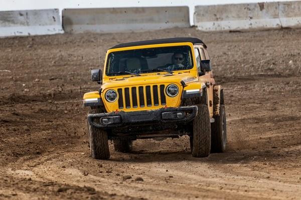 2019-jeep-wrangler-in-desert