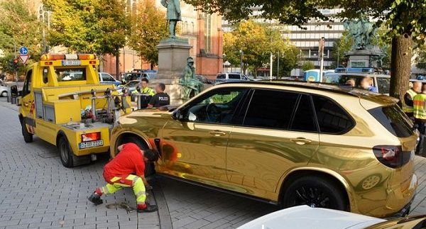 SUV-sprayed-with-golden-color-in-germany