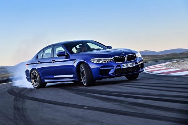 BMW-M5-drifting-on-the-circular-track
