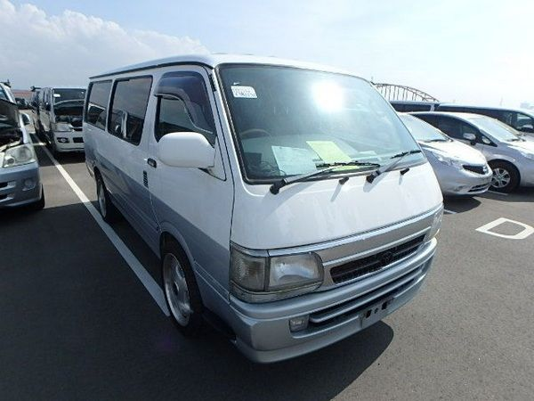 The-Toyota-HiAce-and-many-others-in-the-parking-space