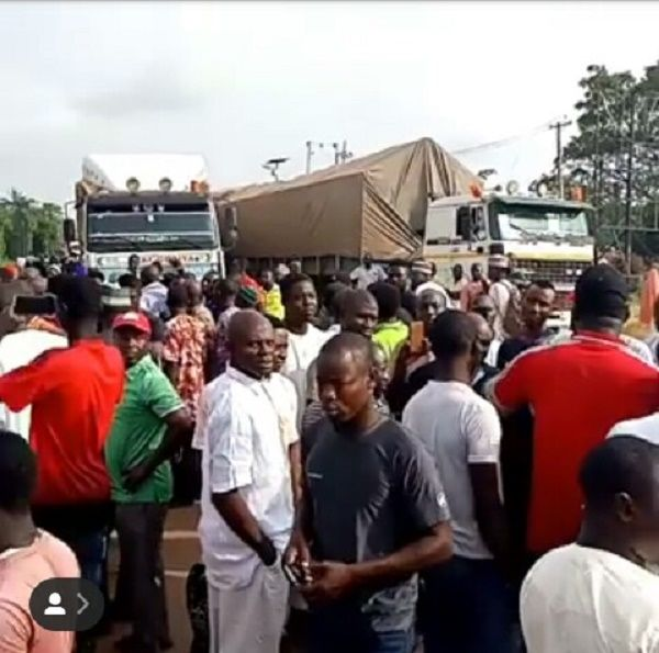 Niger-youths-protesting-against-bad-roads