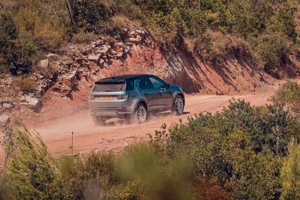 land-rover-discovery-sport-driving-off-road
