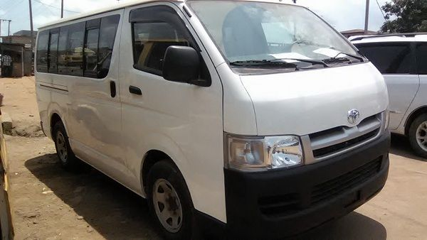 Toyota-HiAce-2006-angular-front