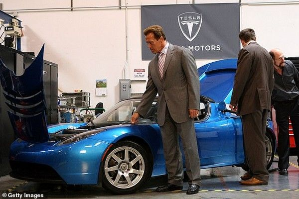 Arnold-Schwarzenegger-picking-Tesla-Model-3-car-for-Greta