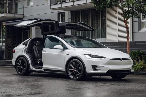 Tesla-model-x-falcon-wing-doors