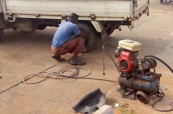 vulcanizer-inflating-a-car-tire