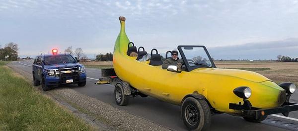 Steve-Braithwaite-and-his-banana-car