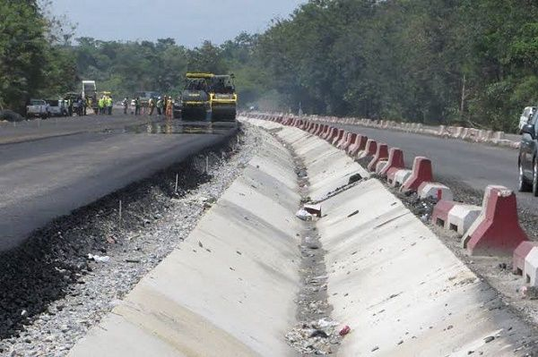 contractors-fixing-lagos-ibadan-highway