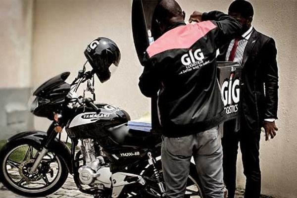 GIGL-bike-delivery-man-with-a-customer
