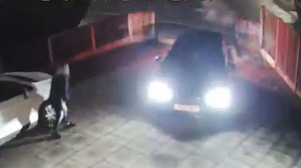 thugs-sneaking-into-ladys-driveway-to-hijack-her-car