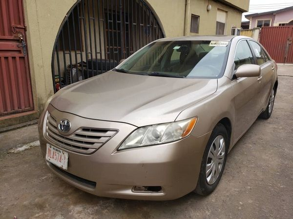 angular-front-of-the-toyota-camry-xle-2007-in-nigeria