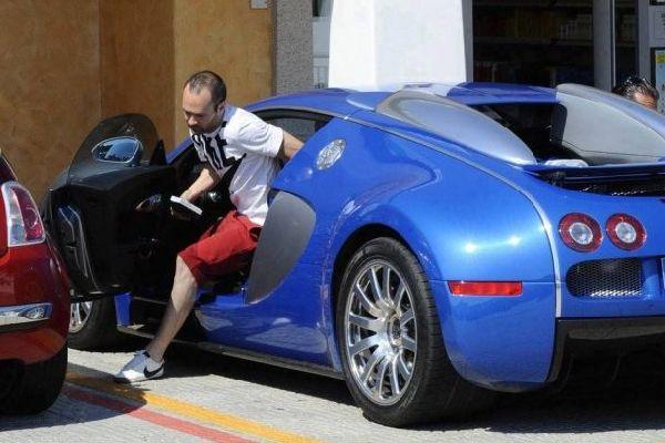 Iniesta-alighting-from-Bugatti-Veyron