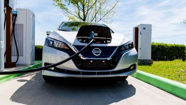 the-front-of-the-Nissan-Leaf