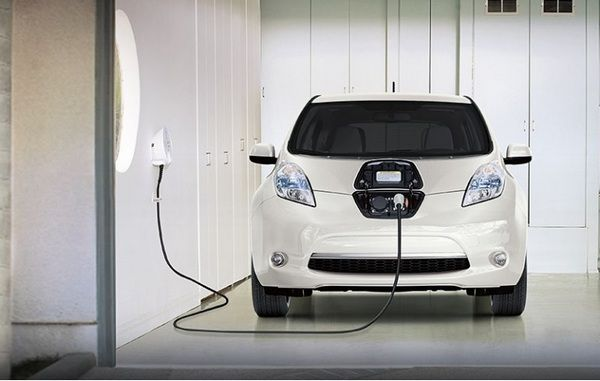 a-Nissan-leaf-is-being-charged