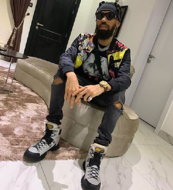 Phyno-sits-in-house