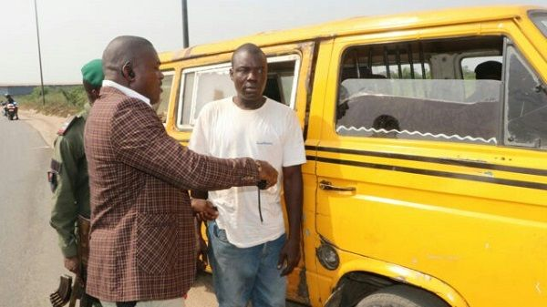 image-of-obafemi-hamzat-arresting-2-commercial-drivers-in-ikorodu