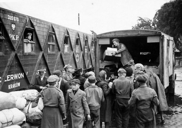 people-transport-goods-in-war-time