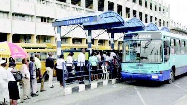 lagos-commuters-boarding-brt-bus