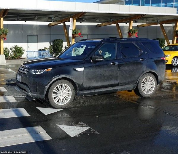 meghan-markle-in-land-rover