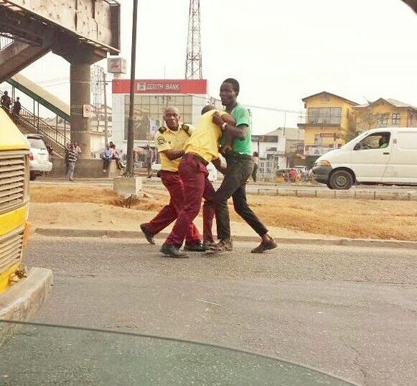 lastma-officers-fighting-driver