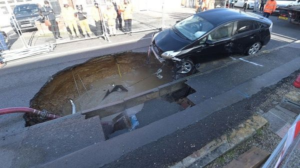 car-pulled-out-from-sinkhole