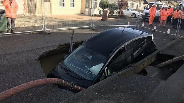 Toyota-prius-falls-inside-sinkhole