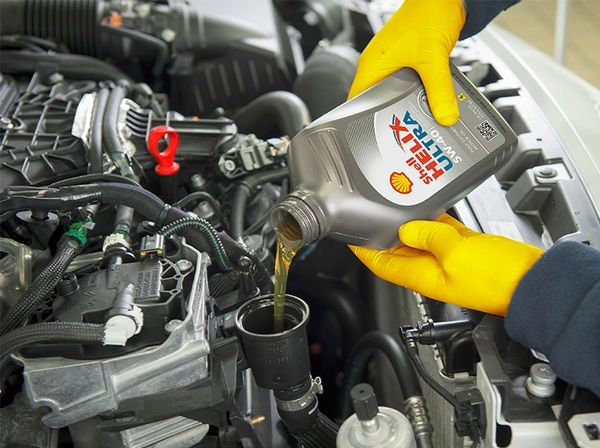mechanic-pouring-the-lubricant