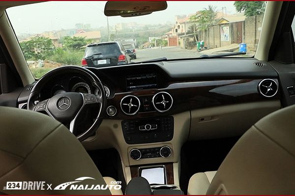 Dashboard-of-a-Benz-GLK