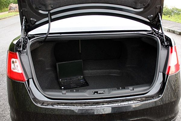 ford-taurus-2010-trunk-space