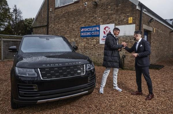 Anthony-Joshua-receiving-Range-Rover