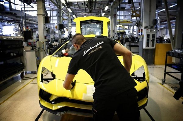 Lamborghini-Plant-with-technician