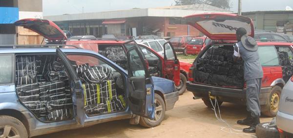 Volkswagen-Passat-being-overloaded-with-goods-in-Lagos-Nigeria.