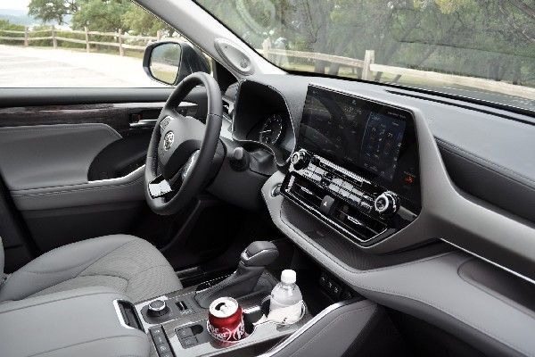 2020-toyota-highlander-front-seat