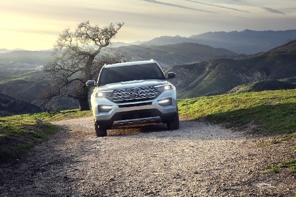 ford-explorer-on-a-dirt-road