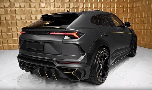 2020-Lamborghini-Urus-back-view
