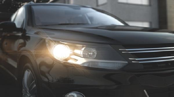 Halogen-lights-on-a-second-car