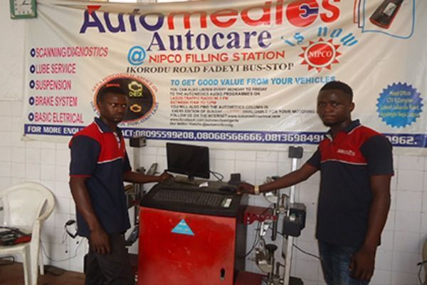 Automedics-students-with-marketing-banner