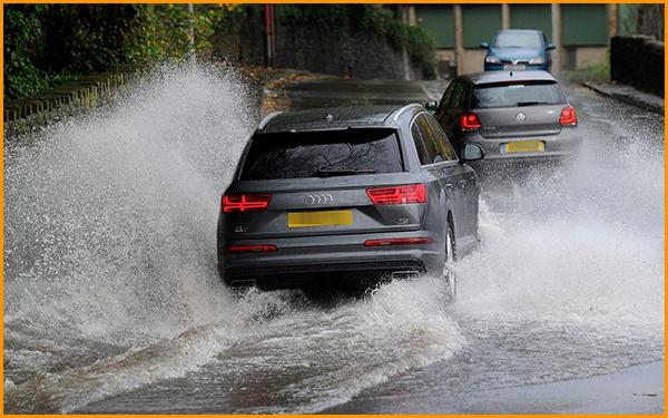 Car-driving-fast-through-flood