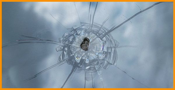 A-cracked-car-windshield