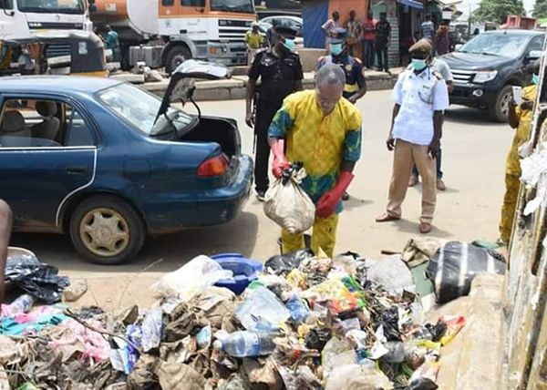 Man-throwing-waste-on-the-road
