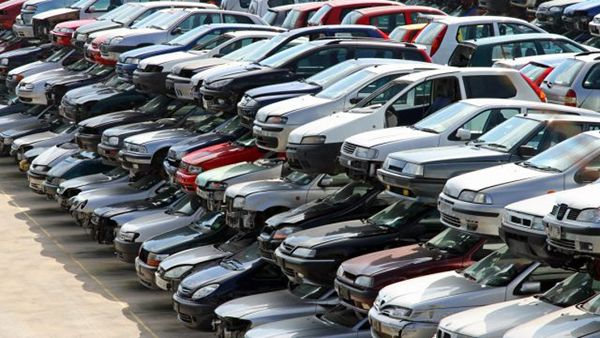 Salvage-title-cars-in-a-junk-yard