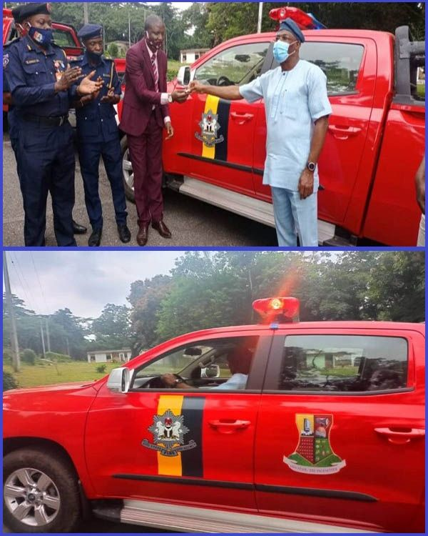 Officials-of-Oyo-state-fire-service-receiving-keys-to-newly-donated-utility-vehicles