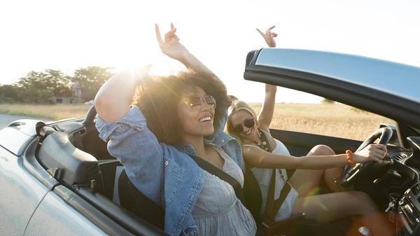 2-girls-in-a-car