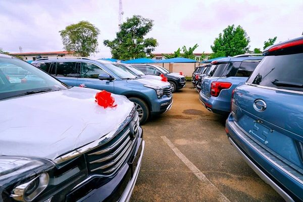 image-of-lagos-gov-hands-out-51-SUVs-to-judges