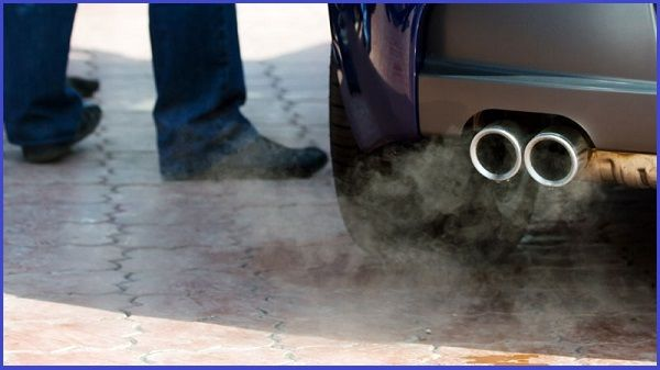 Water-vapor-dropping-from-car-exhaust