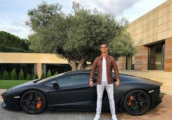 image-of-Ronaldo-posing-with-his-Lamborghini