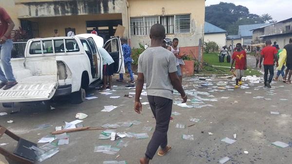 image-of-looters-vandalising-UN-vehicles-in-calabar