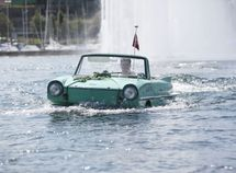 The vintage off-road SUV that can actually SWIM - Amphi-Ranger 1985