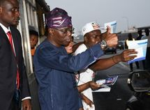 Sanwo-Olu hands out Free Coke drinks to motorists at Lekki Toll Gate!
