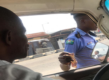 Nigerian policeman caught on camera taking bribe from Lagos driver! (See photos)